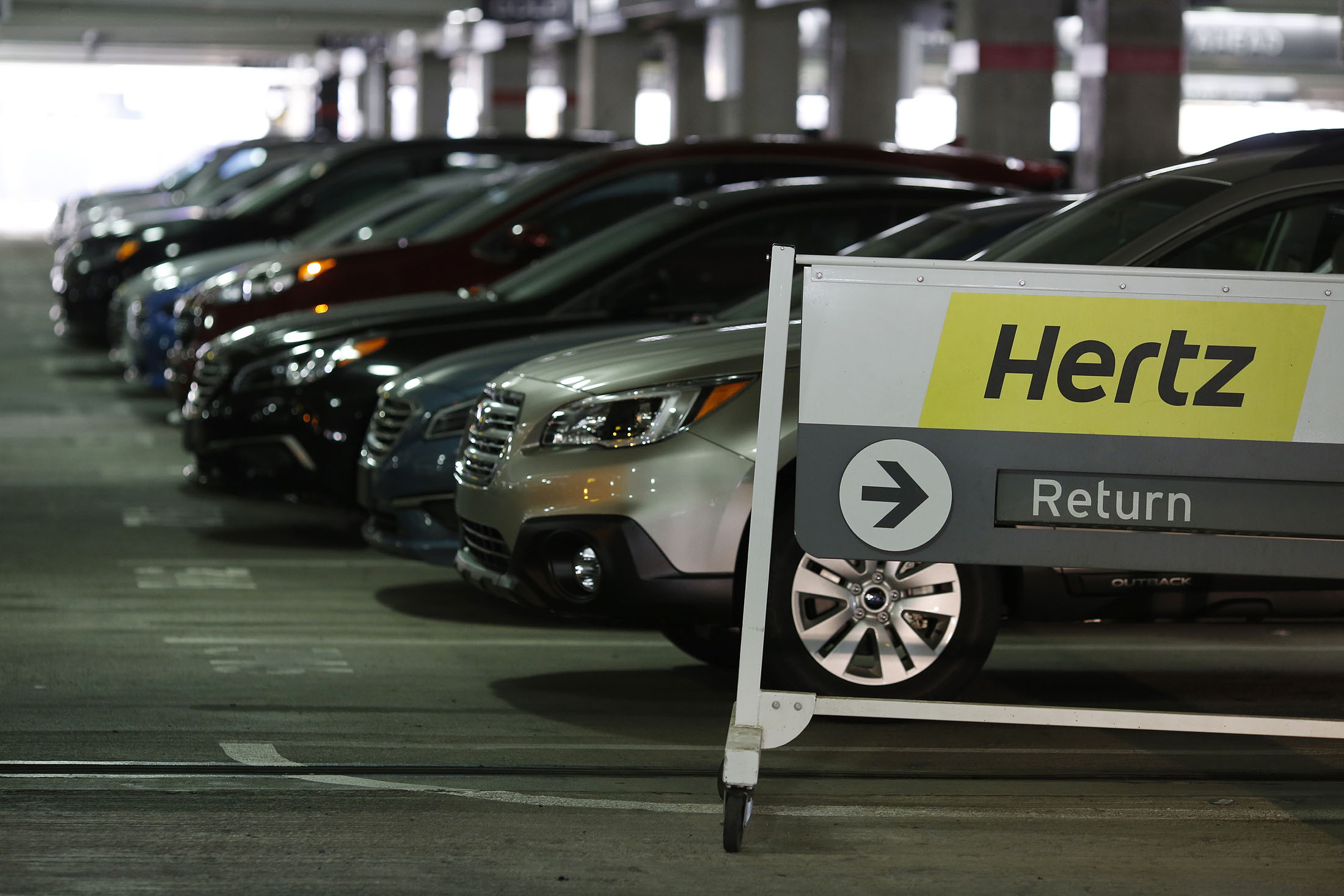 hertz shares bear brunt of freak out over used car price drop bloomberg